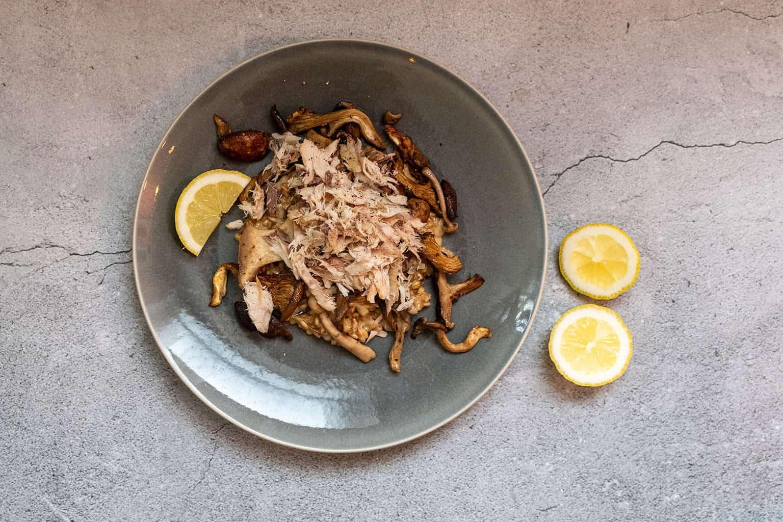 Risotto van parelgort met makreel